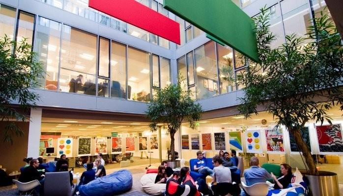 Trabajadores en una oficina de Google