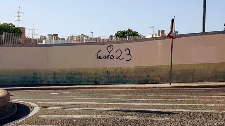 """Pintada de """"Te amo 23"""" en un muro callejero"""